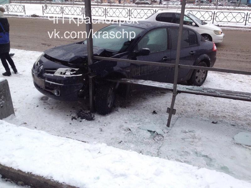 ВКрасноярске иностранная машина врезалась востановку слюдьми