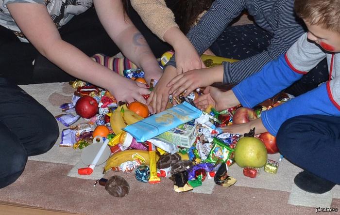Как правильно выбрать детские подарки: сладости иигрушки