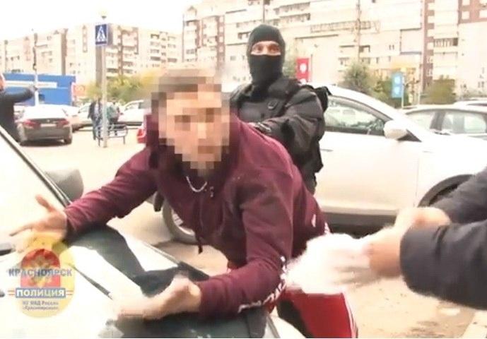Полиция показала задержание в Красноярске банды по подделке  Полиция показала задержание в Красноярске банды по подделке паспортов и дипломов