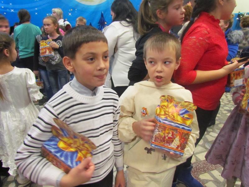 Депутат Ачинского района в Рождество подарил детям сказку и подарки