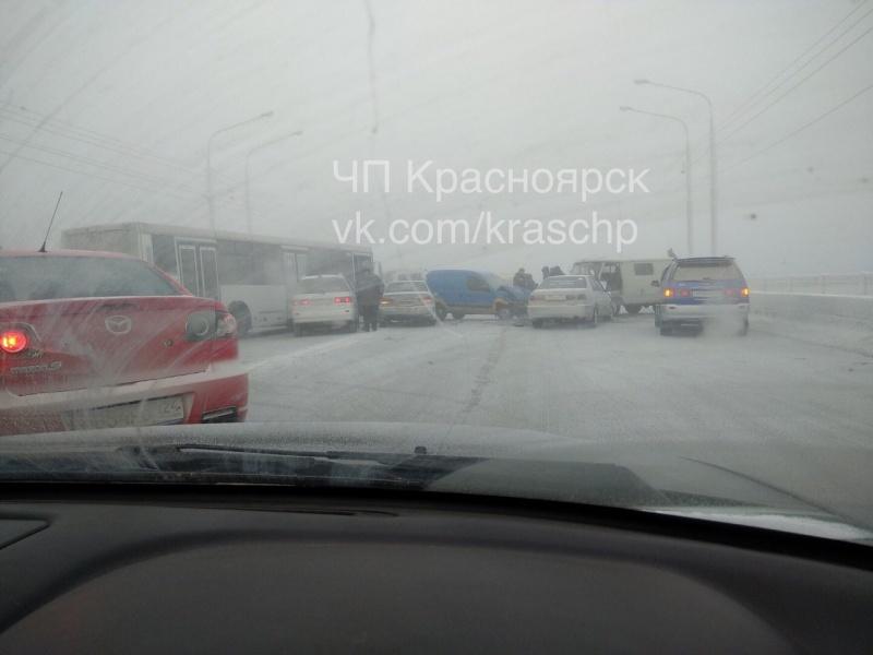 ВКрасноярске наКоммунальном мосту столкнулись 7 авто