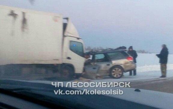 ВКрасноярском крае встолкновении грузового автомобиля ииномарки умер шофёр