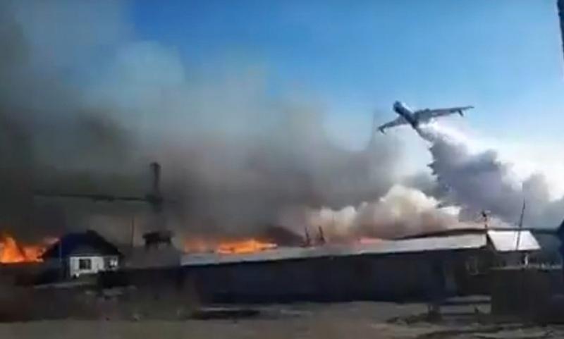 Сильный ветер препятствует тушению пожара назаводе вКрасноярском крае