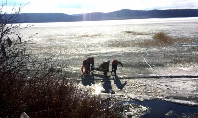 Четверо рыбаков изКемеровской области провалились под лёд красноярского озера