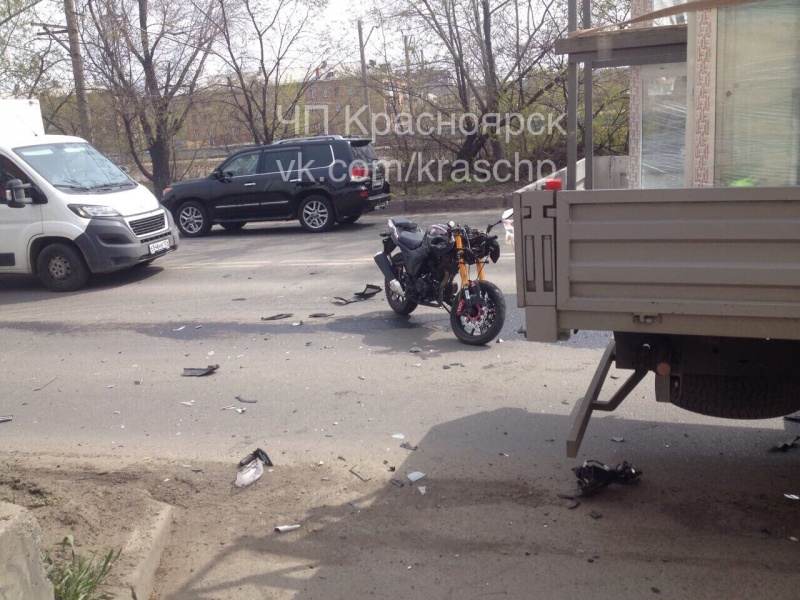 ВКрасноярске мотоциклист умер после столкновения с фургоном